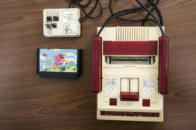 昭和のゲーム機本体とカセットにRFスイッチの写真