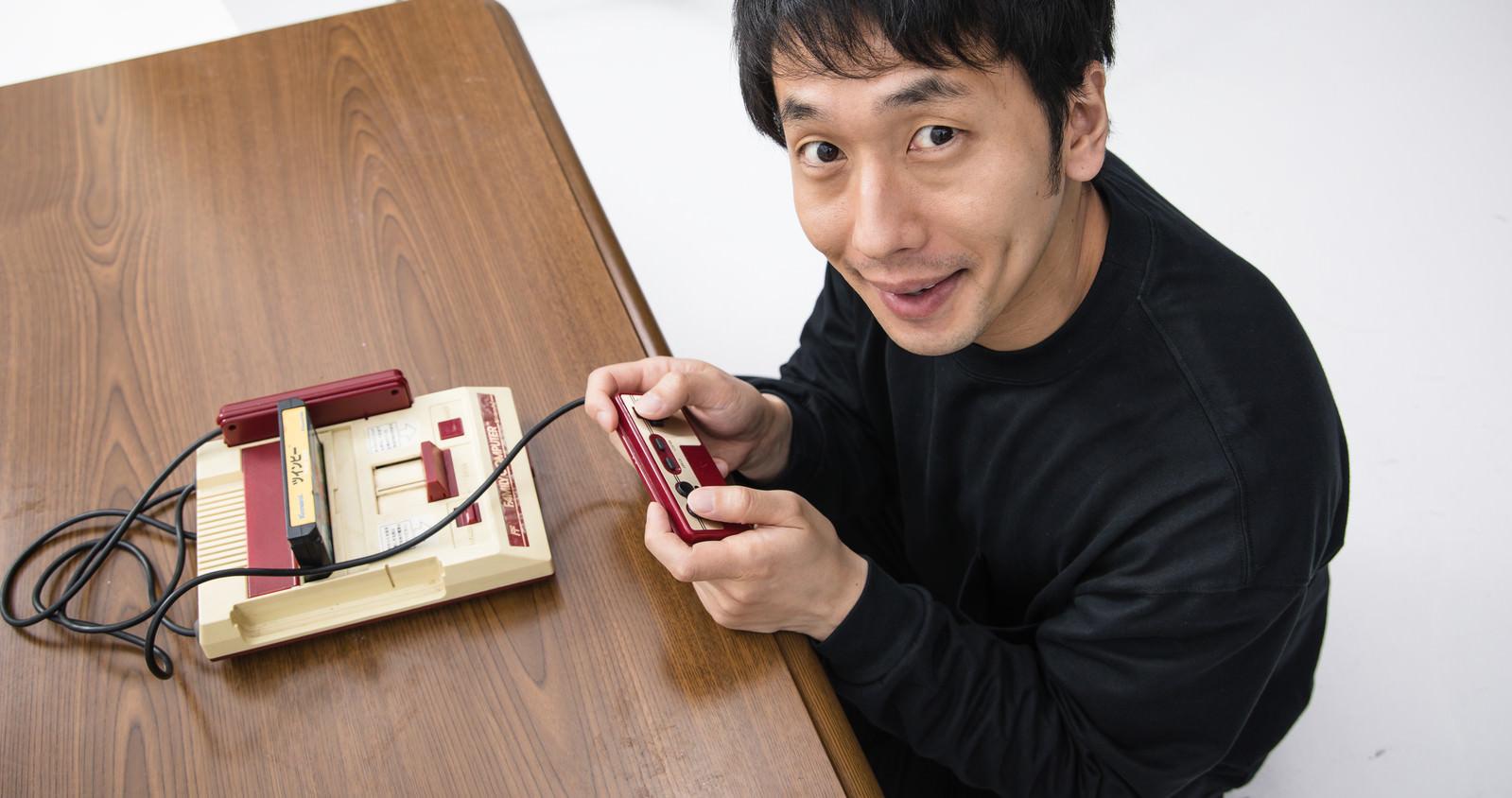 「家庭用ゲーム機で遊ぶ元少年」の写真[モデル:大川竜弥]