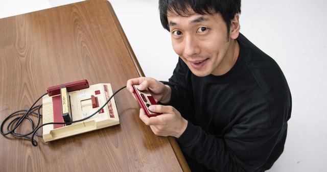 家庭用ゲーム機で遊ぶ元少年の写真