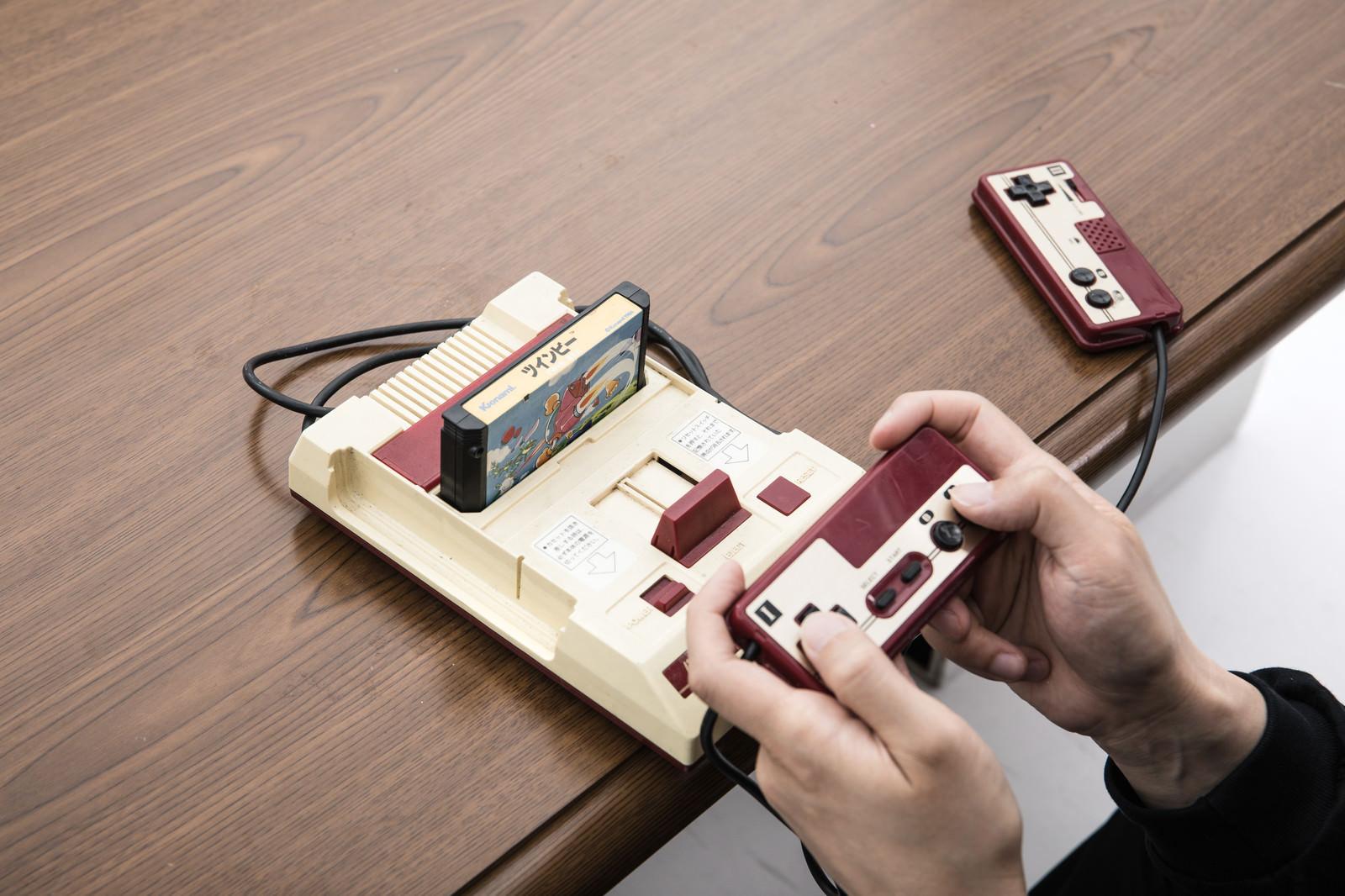 「テレビゲームで遊ぶ大人たち」の写真[モデル:大川竜弥]