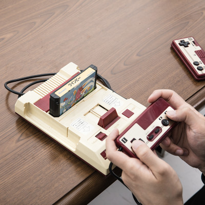 テレビゲームで遊ぶ大人たちの写真