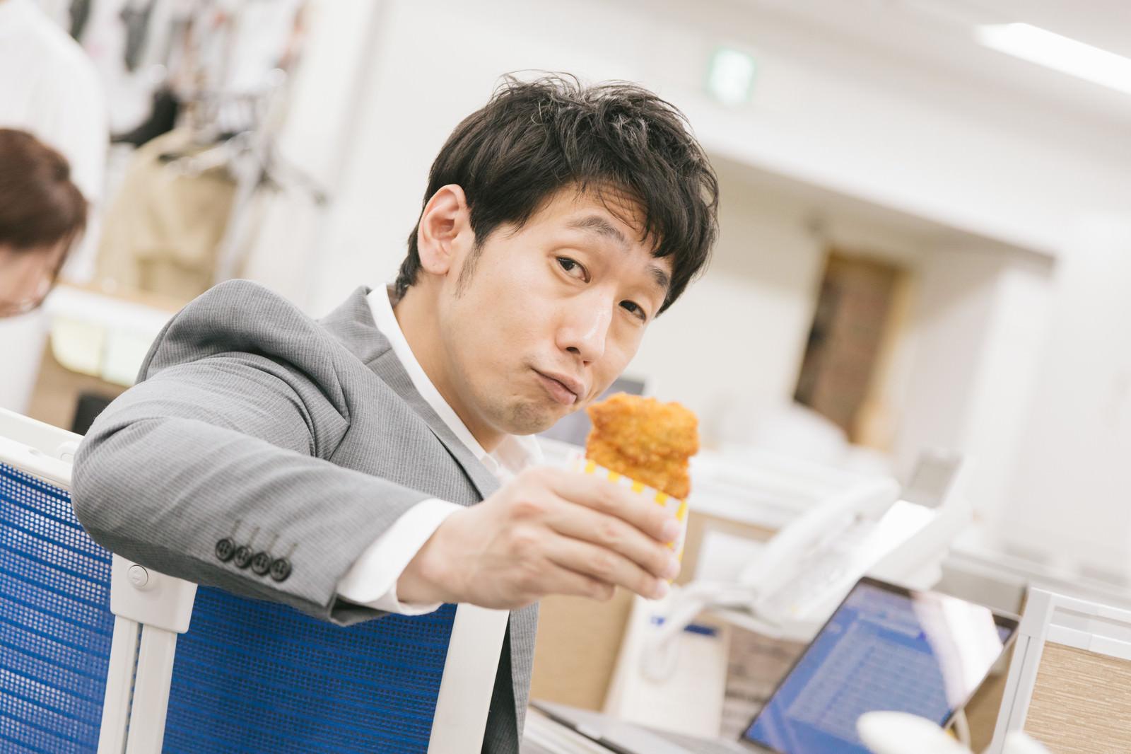 「俺のフライドチキンひと口食べる?」の写真[モデル:大川竜弥]