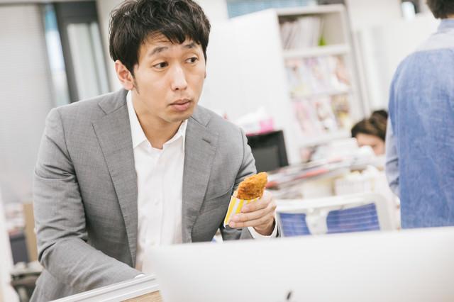「フライドチキン食べる?」と勧める隣席の先輩の写真
