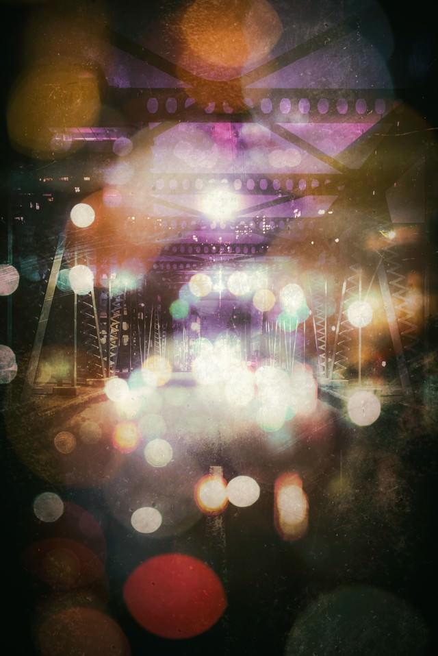 綺羅びやかな玉ボケと陸橋の写真