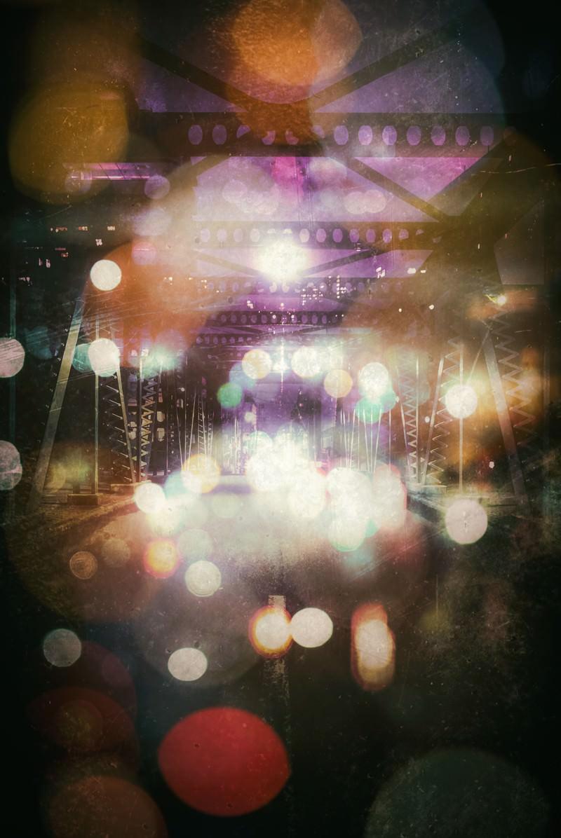 「綺羅びやかな玉ボケと陸橋」の写真