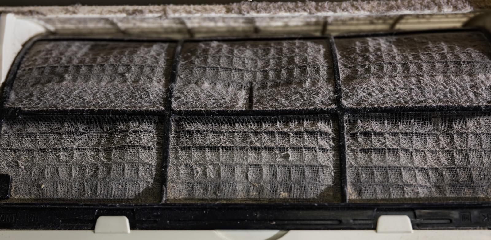 「ホコリが詰まったエアコンのフィルター」の写真