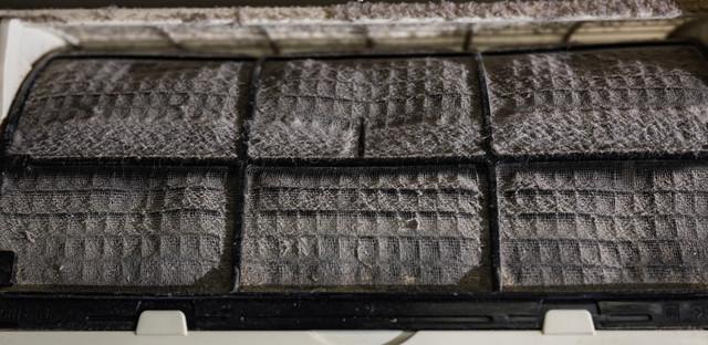 ホコリが詰まったエアコンのフィルターの写真