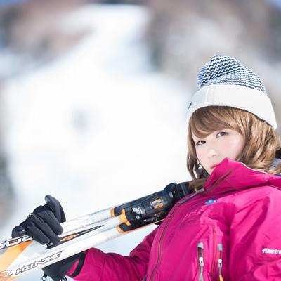 「雪山を甘く見ている初心者に冷たい視線の山ガール」の写真素材