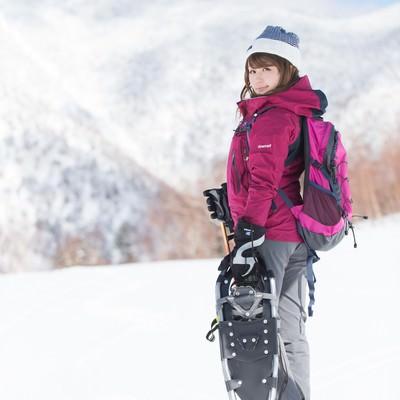 雪景色の美しさに負けない美女のフリー素材