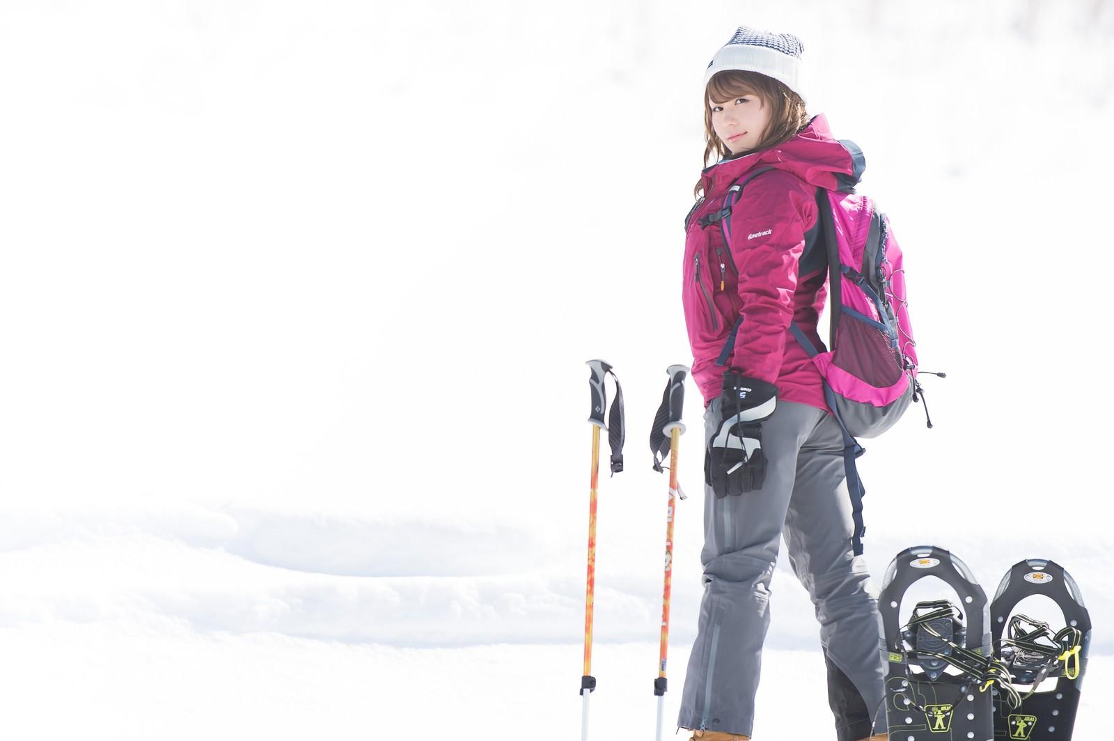 「スノーシューで早く歩き出したいベテラン雪山女子」の写真[モデル:茜さや]
