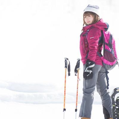 「スノーシューで早く歩き出したいベテラン雪山女子」の写真素材