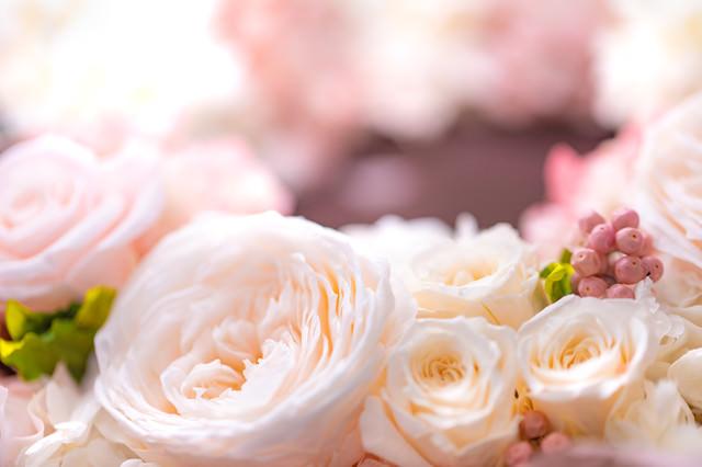 白とピンクの花で作った贈り物の写真