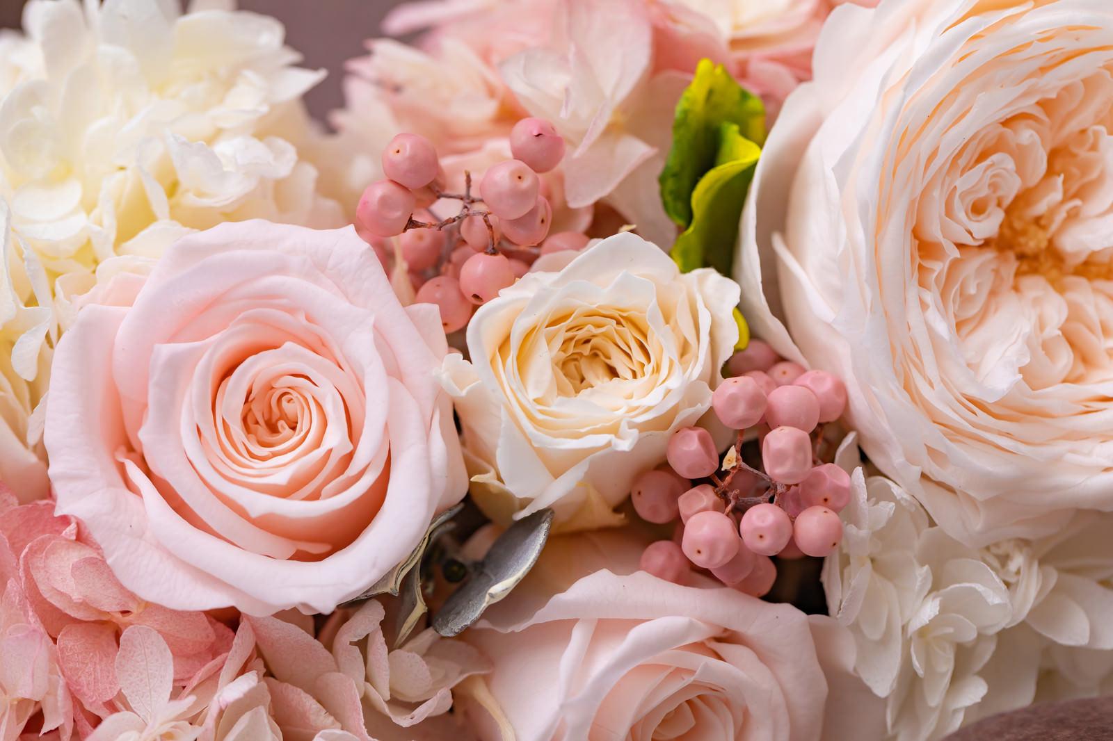 「お祝いの気持ちで贈る花束」の写真