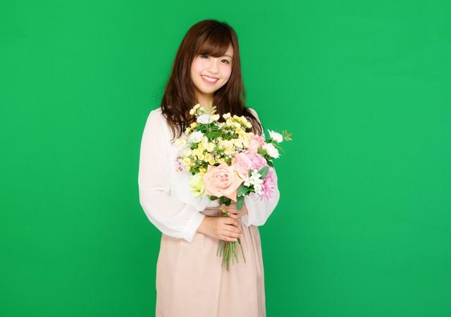 花束を持った笑顔の女性(グリーンバック)の写真