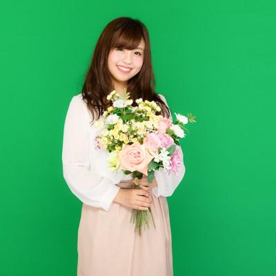 「花束を持った笑顔の女性(グリーンバック)」の写真素材