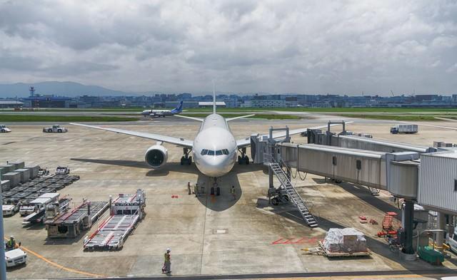 福岡空港と旅客機の写真