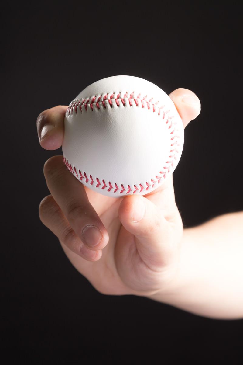 「フォークボール(変化球)を握る投手」の写真