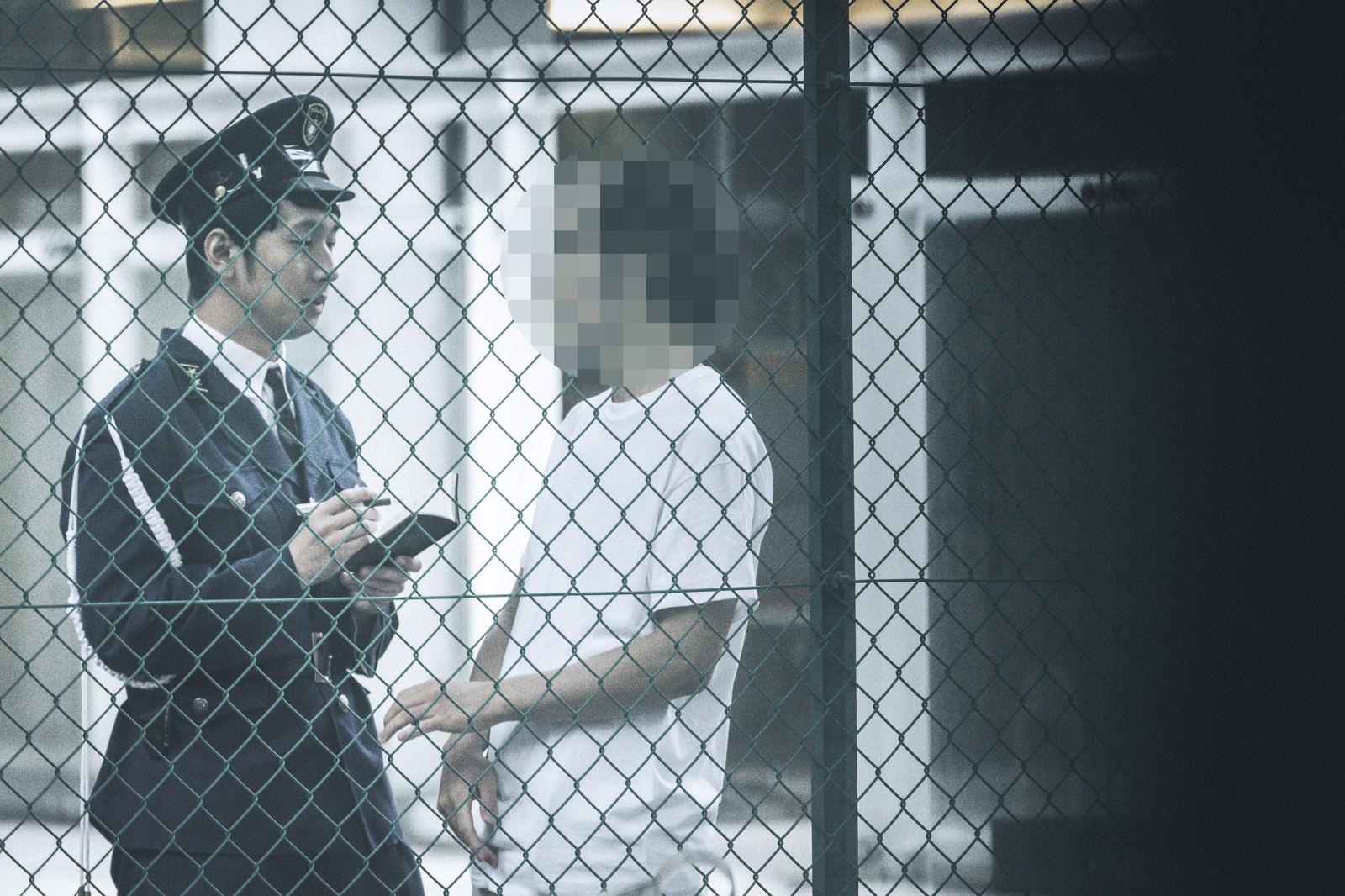 「今日も職質される男性今日も職質される男性」[モデル:大川竜弥 森翔太]のフリー写真素材