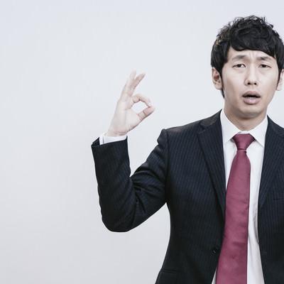 「OKサインを出す主任の男性」の写真素材