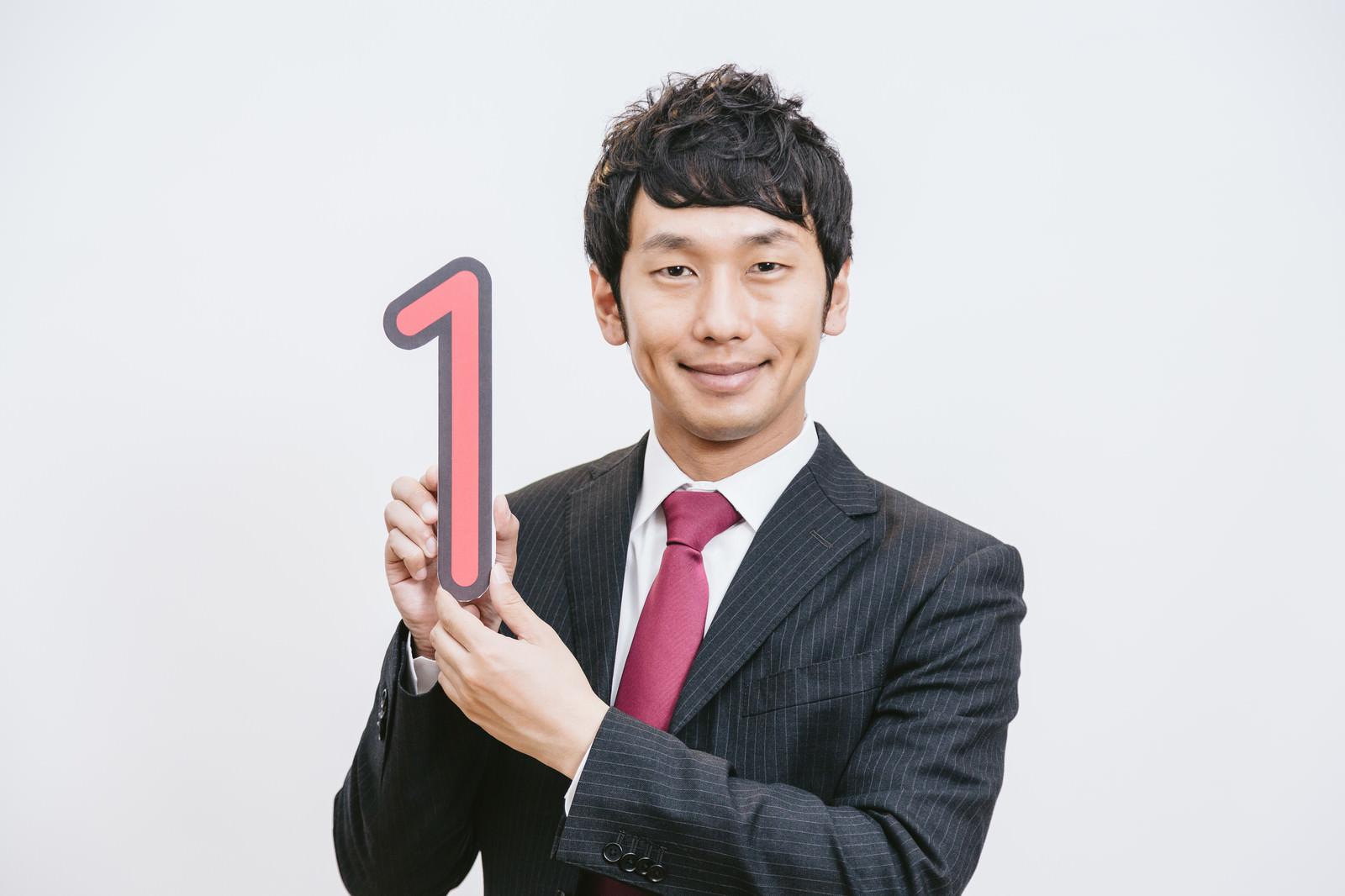 「マイナンバー制度を笑顔でPRする職員」の写真[モデル:大川竜弥]