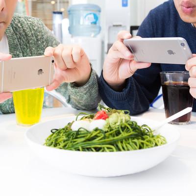「ブログのレビューで食べた料理は経費になりますか?広告収入で生計を立てています」の写真素材