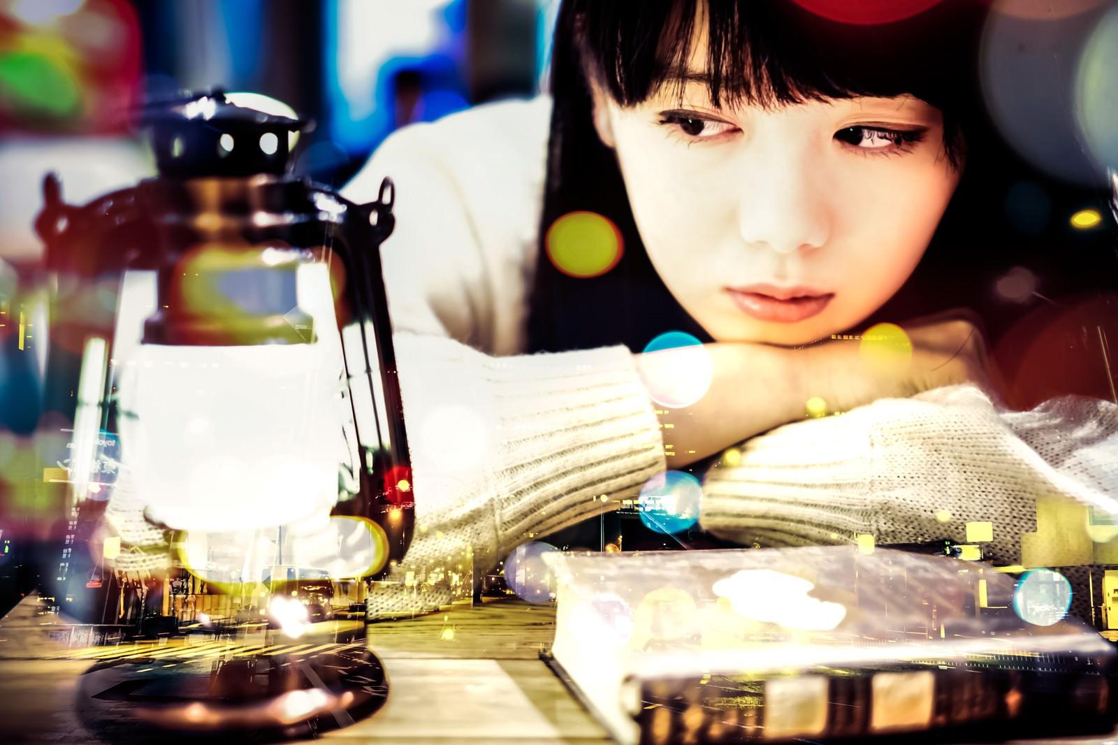 「ランタンを見つめる文学美女(フォトモンタージュ)」の写真[モデル:白鳥片栗粉]