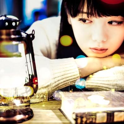 「ランタンを見つめる文学美女(フォトモンタージュ)」の写真素材