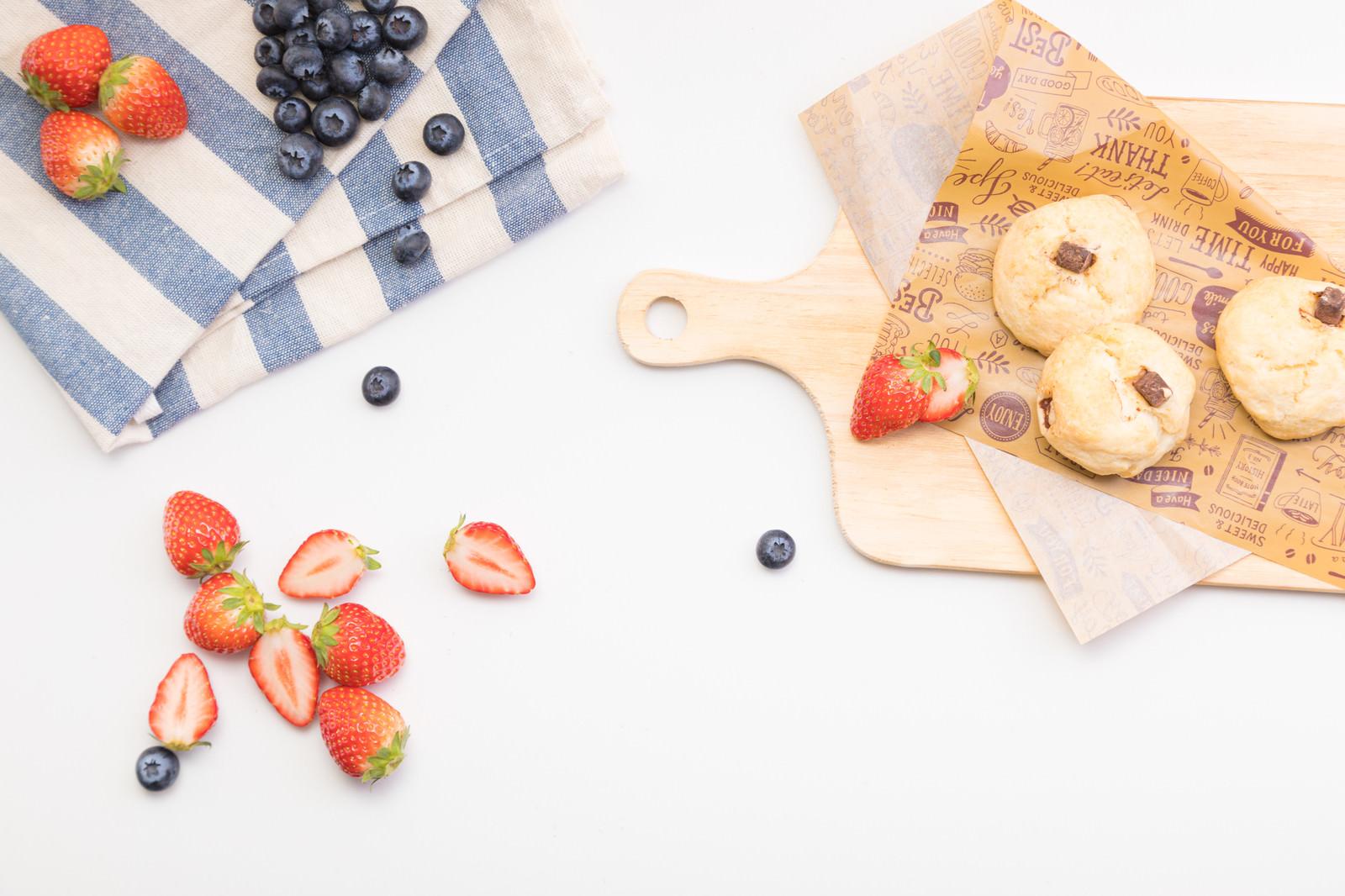 「デザートに用意したカットフルーツとクッキー」の写真