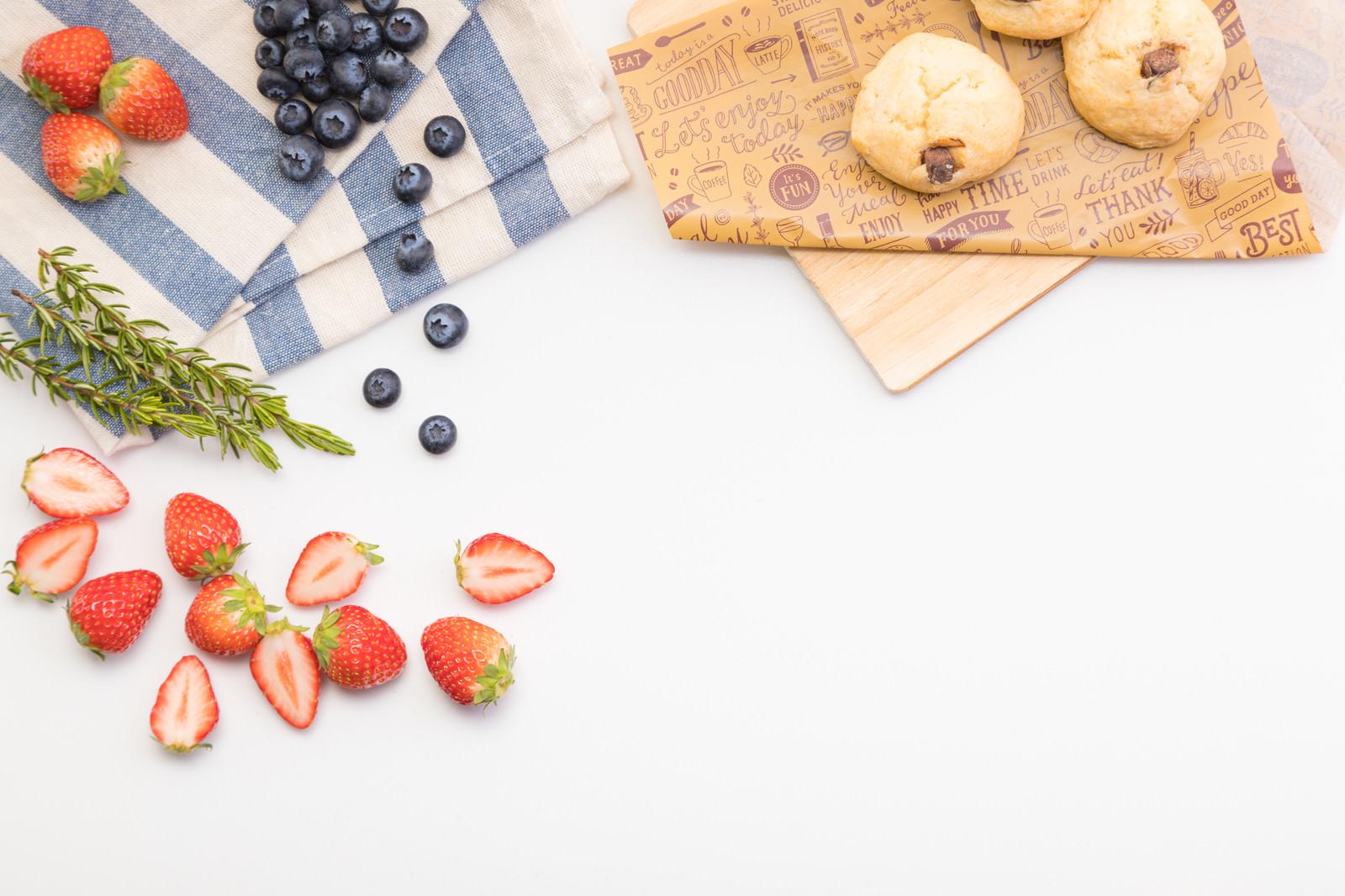 「デザート用のフルーツとクッキー」の写真