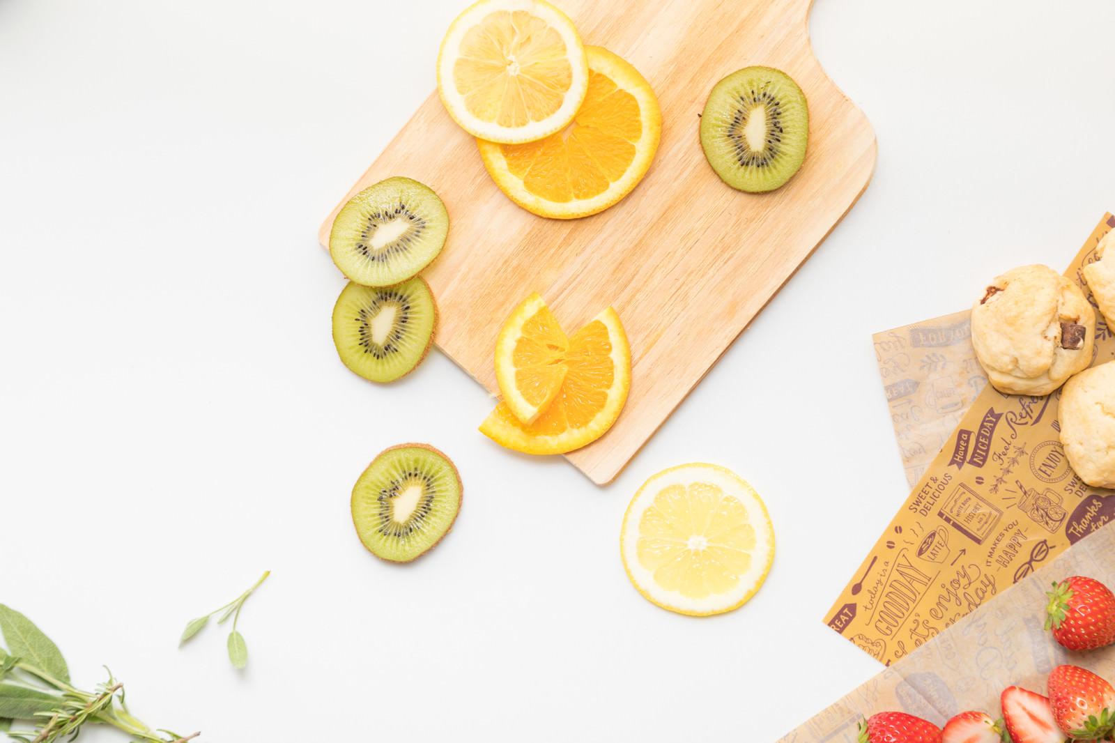 「スライスされたキウイとオレンジ」の写真