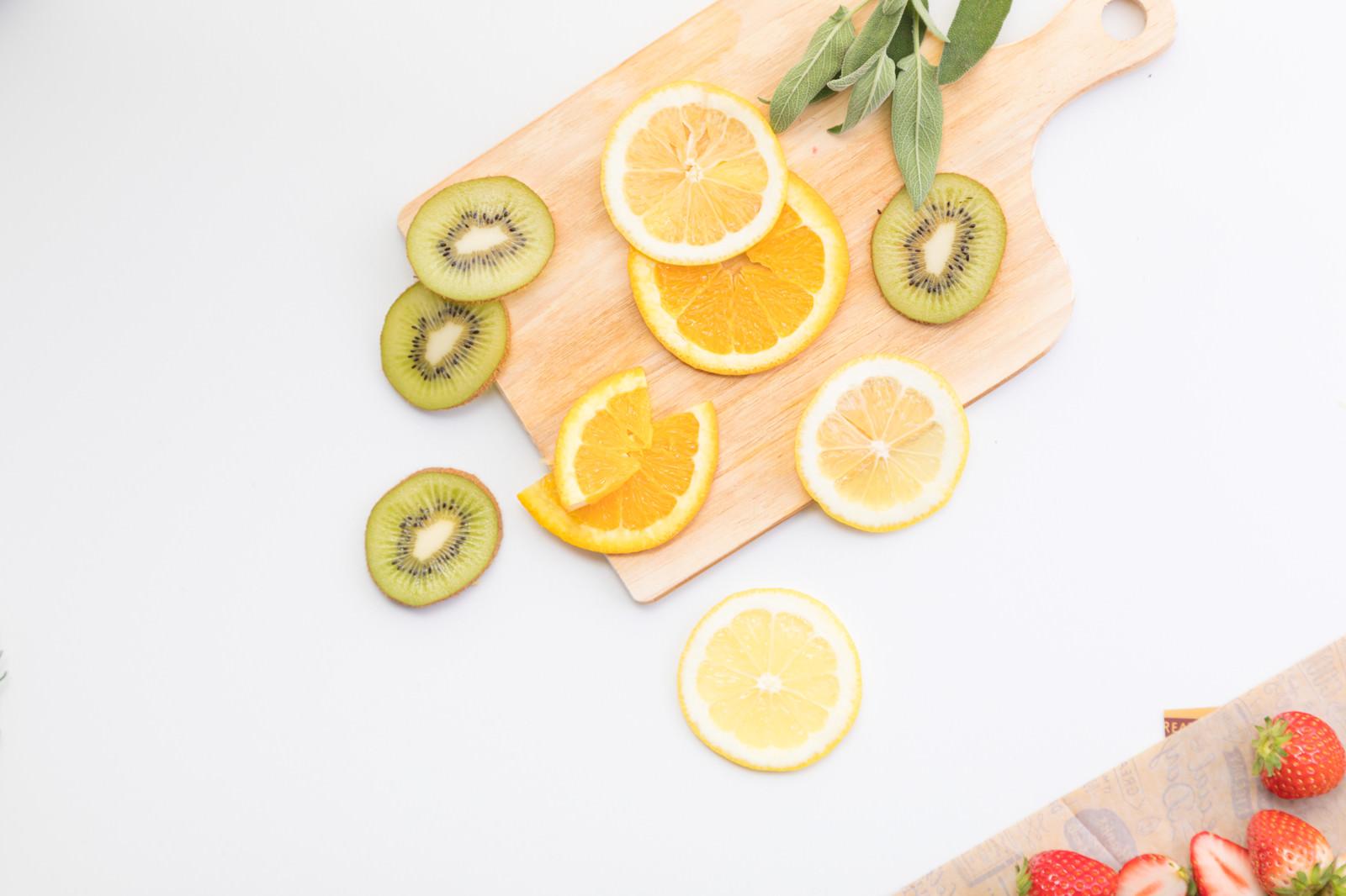 「スライスした三種のフルーツ」の写真