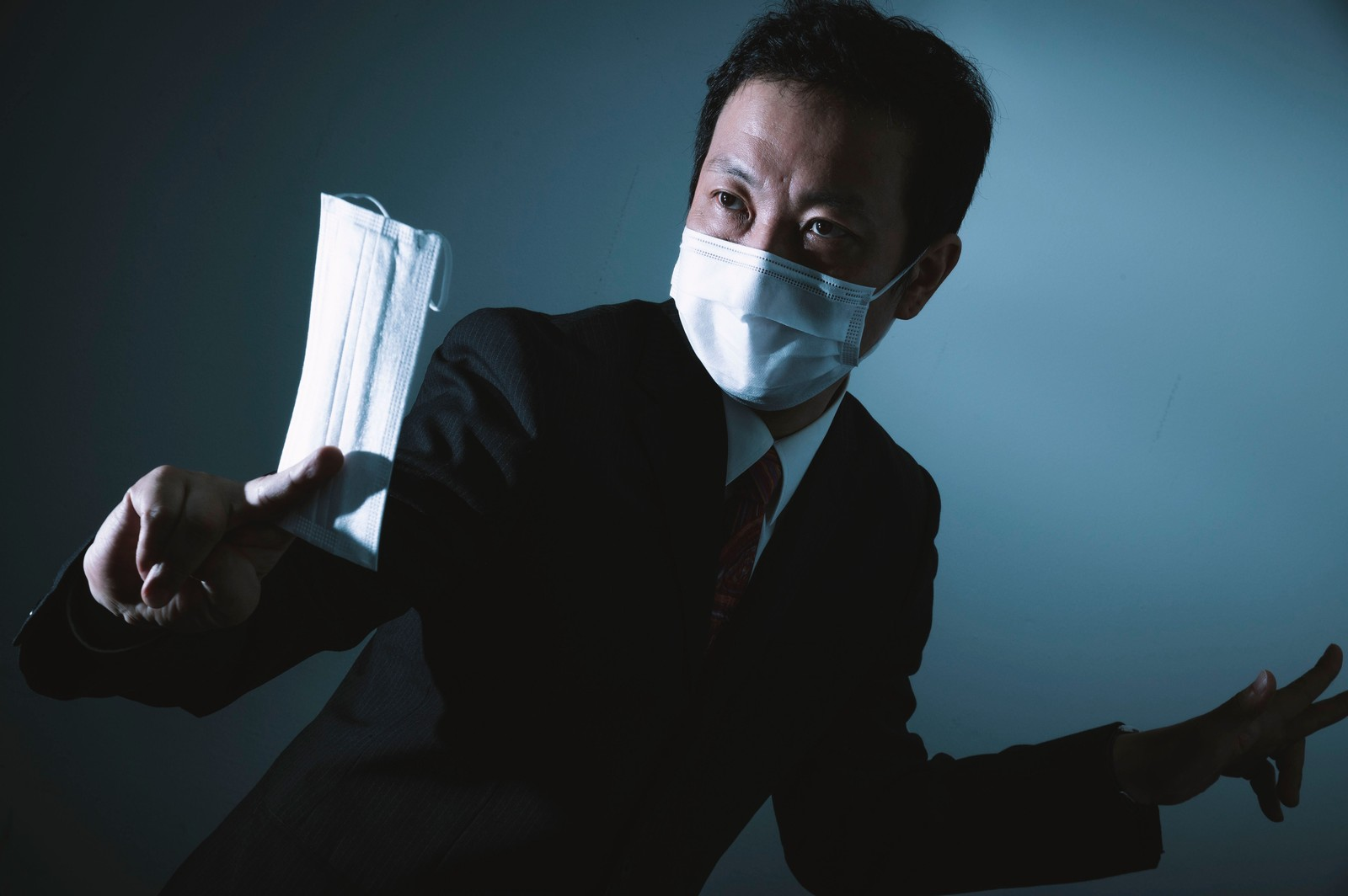 「ノーマスクを見かけるとすかさず対応する正義マン」の写真[モデル:のせさん]