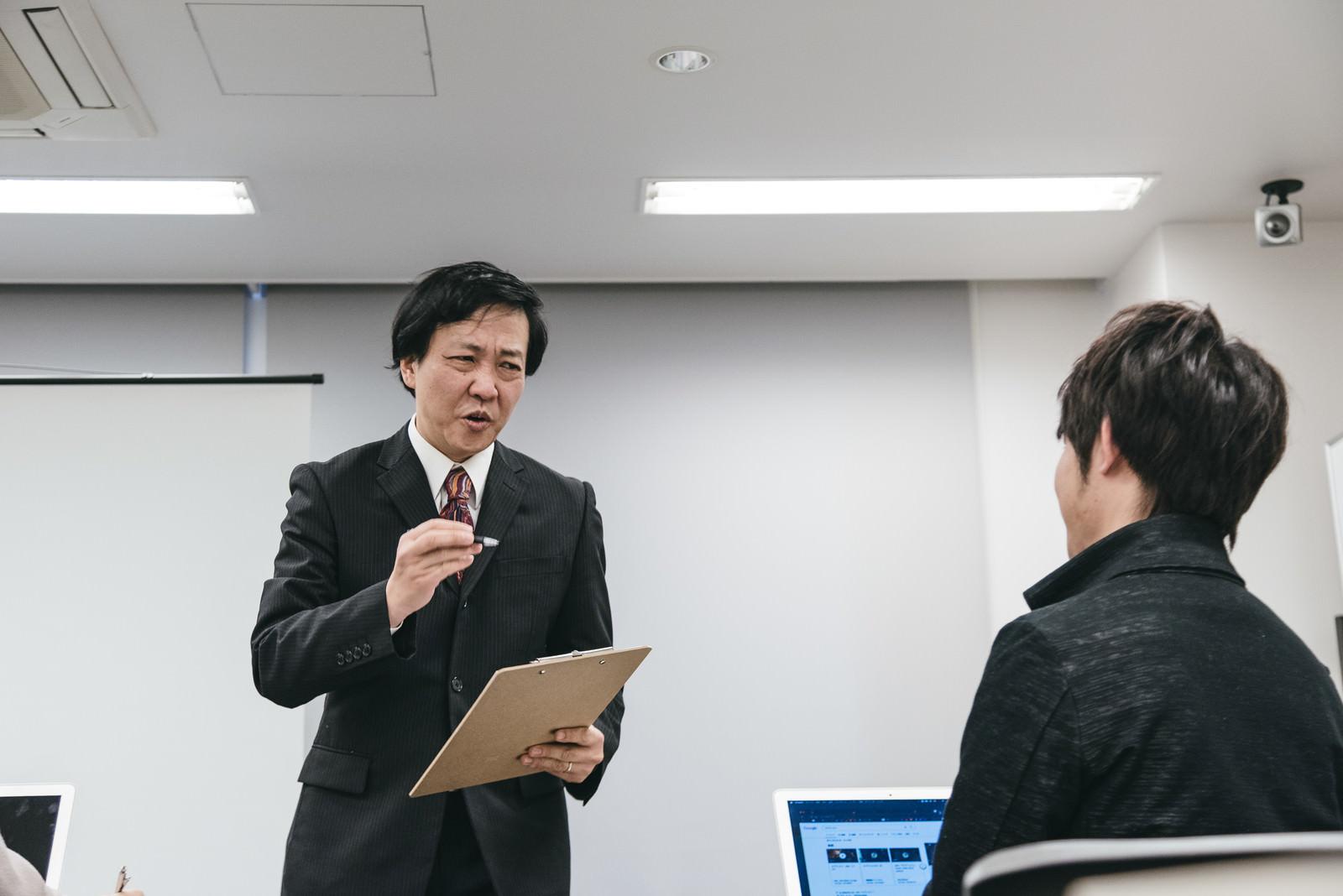 「セミナー参加者ひとりひとりに質問する職員」の写真[モデル:のせさん]