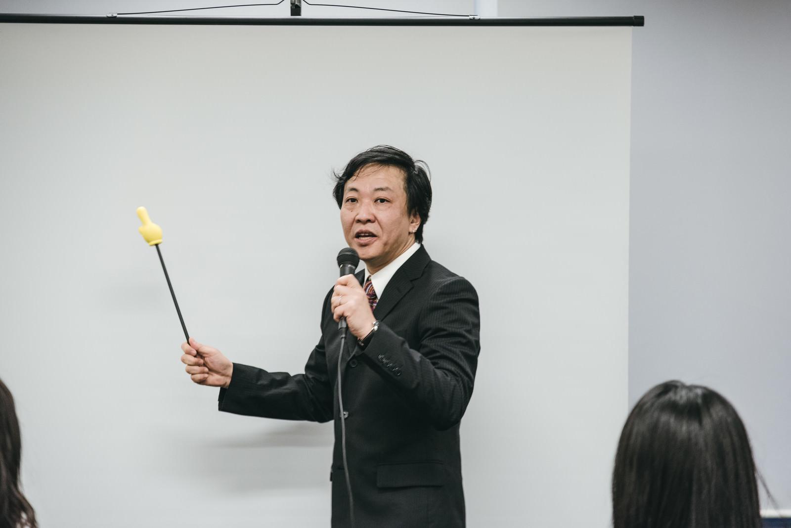 「会議室でプレゼンする上司」の写真[モデル:のせさん]