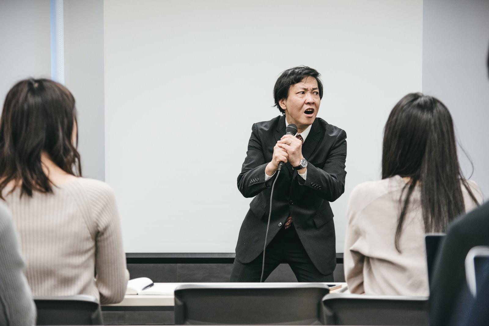 「カラオケを熱唱しはじめる塾講師」の写真