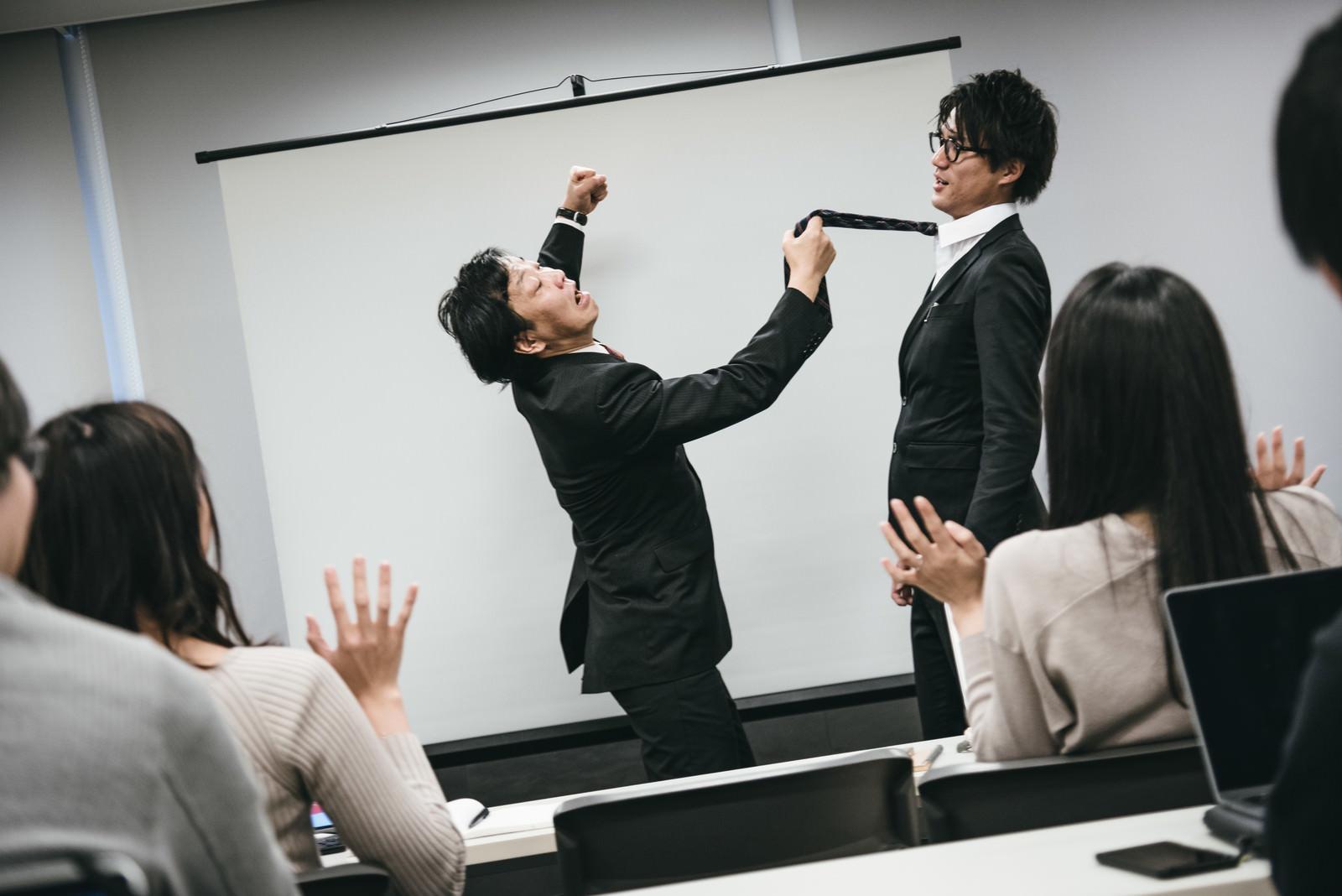 「研修で生意気な新入社員に拳を振り上げる管理職」の写真[モデル:村田裕章 のせさん]