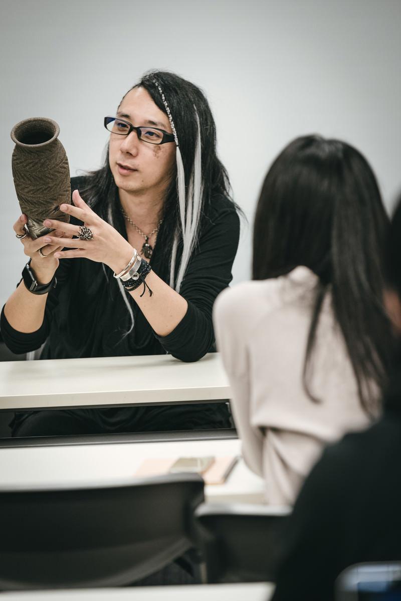 「セミナー参加者に壺の魅力を話す男性」の写真[モデル:YAT]