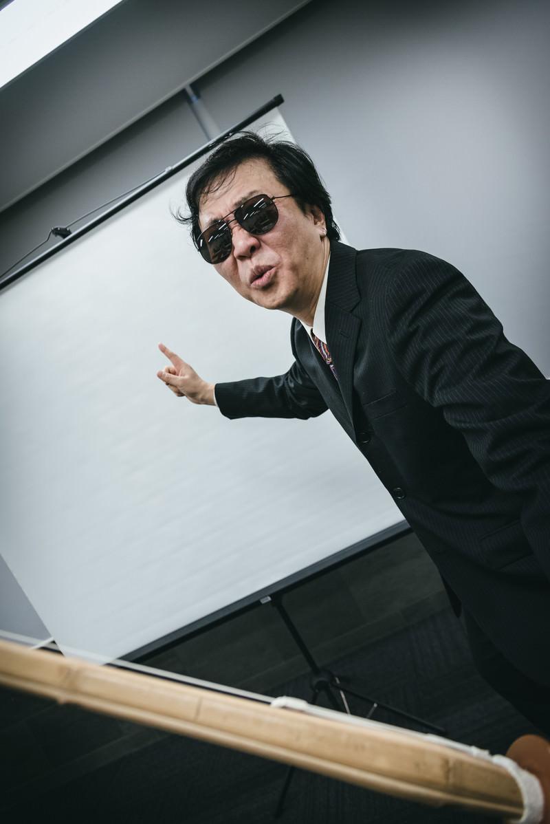 「竹刀を持って新人研修をするスパルタ上司」の写真[モデル:のせさん]