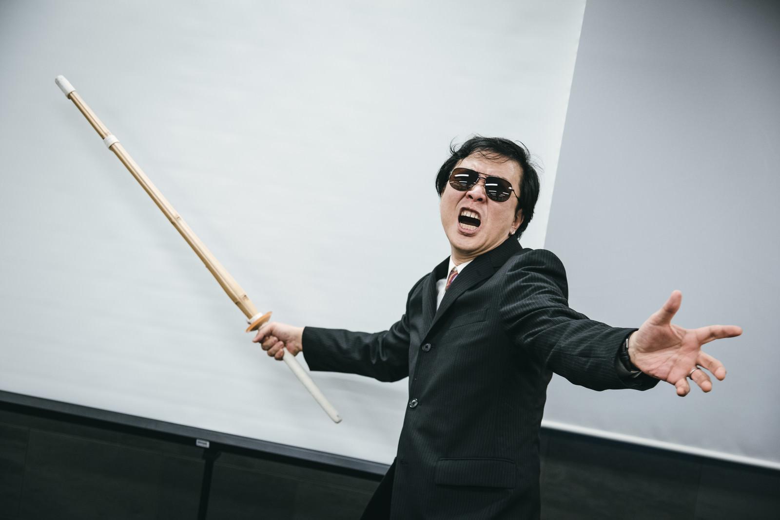 「竹刀を持った鬼教官」の写真[モデル:のせさん]