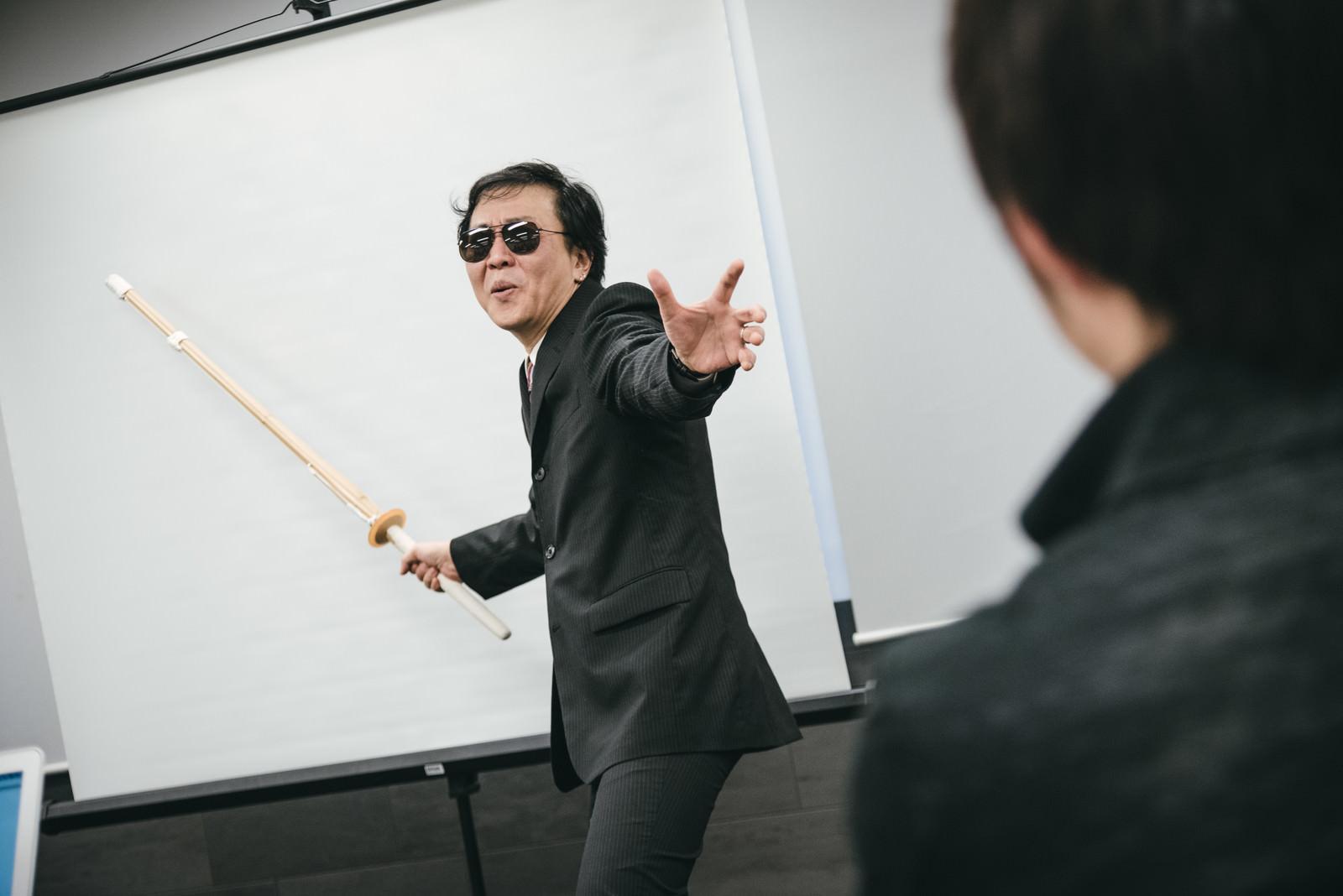 「セミナーの鬼教官を見つめる受講生」の写真[モデル:のせさん]