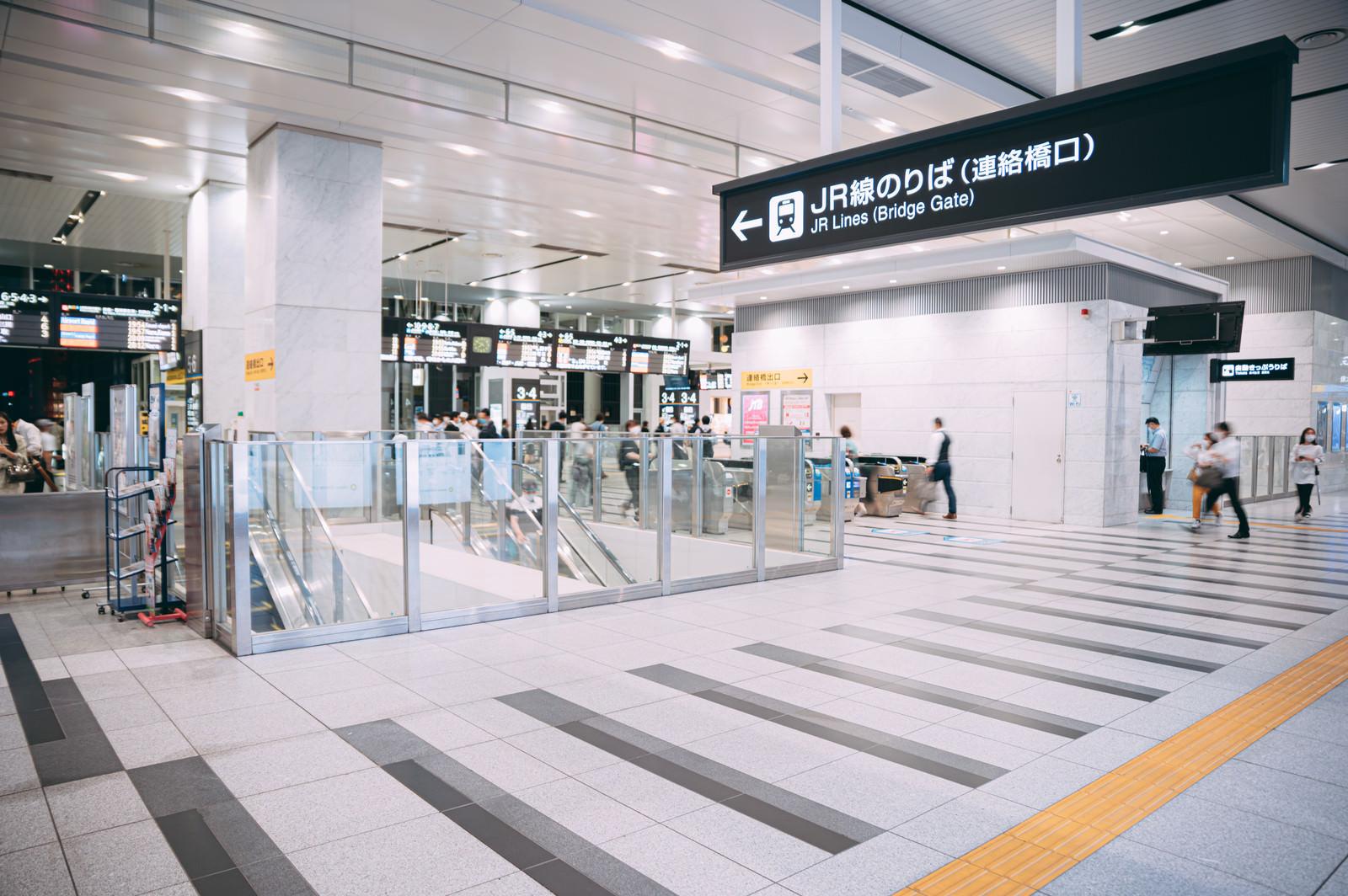 「大阪駅のJR連絡橋口」の写真