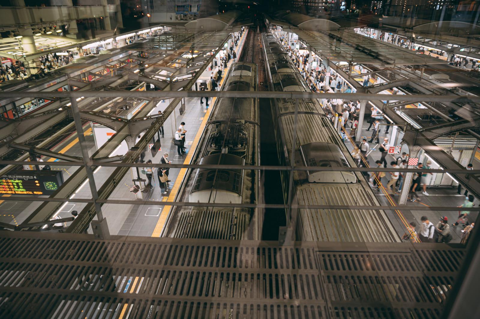 「大阪駅のホームに電車が入ってくる様子を俯瞰で撮影」の写真