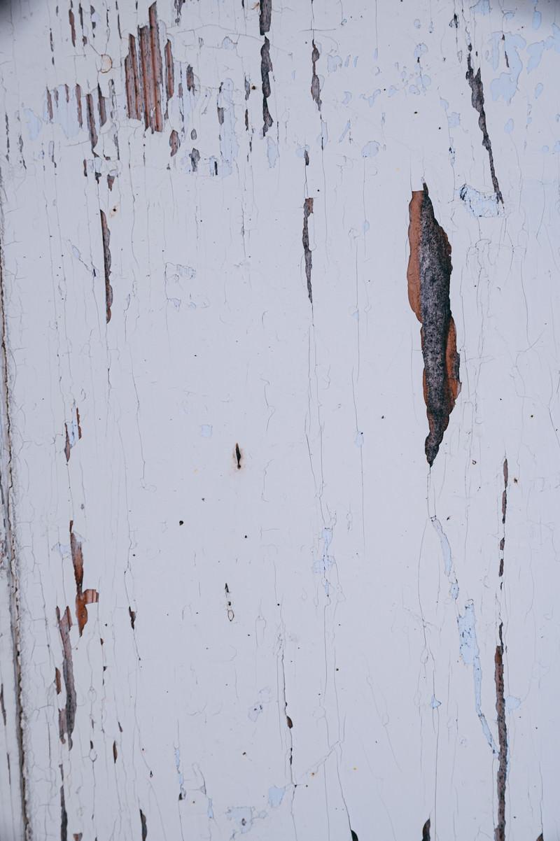 「塗装が剥がれた木目板」の写真