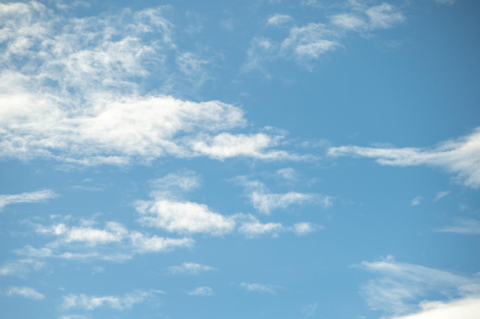 「見上げた空と雲」の写真