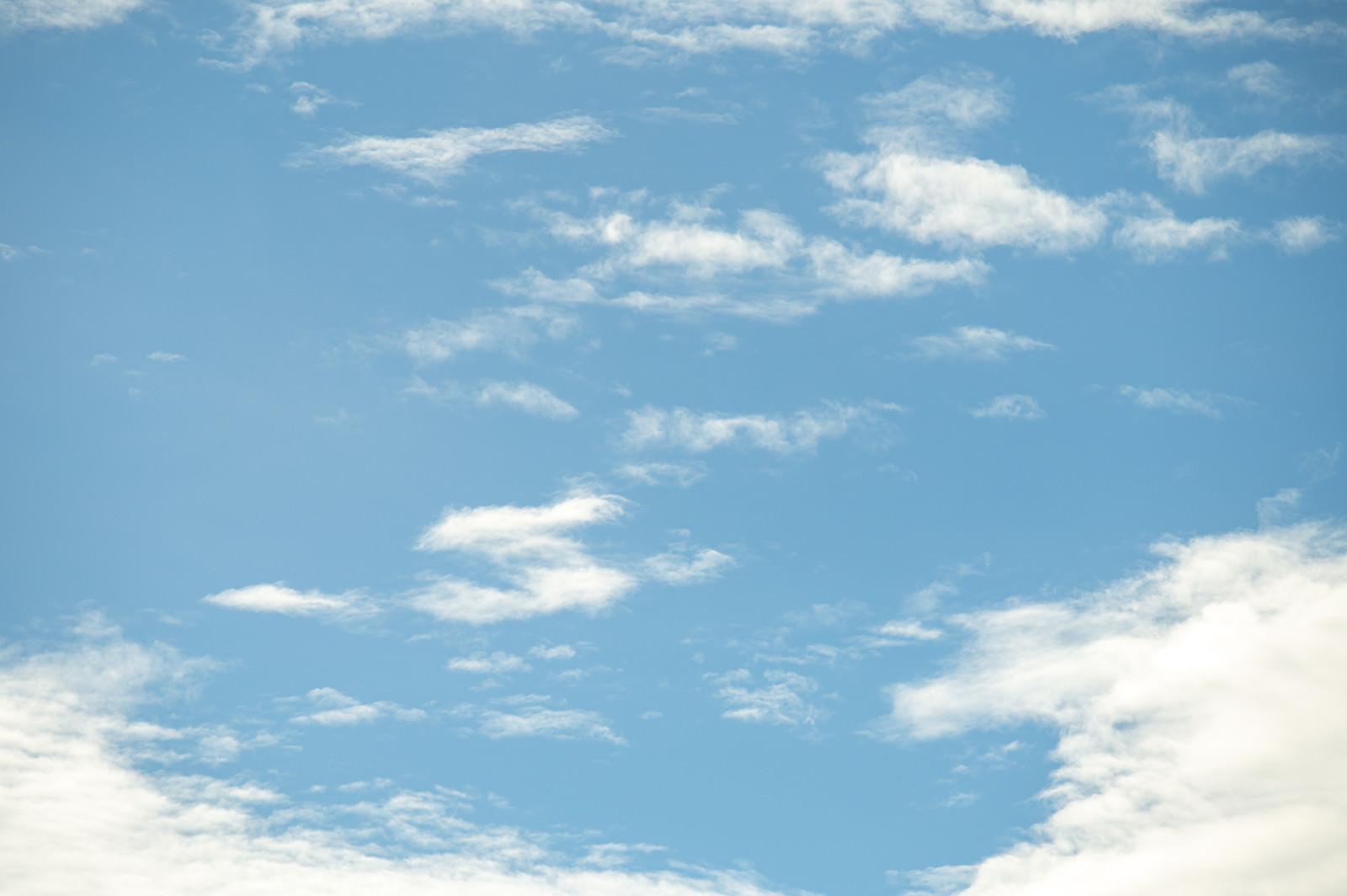 「晴れた空に雲がかかる」の写真