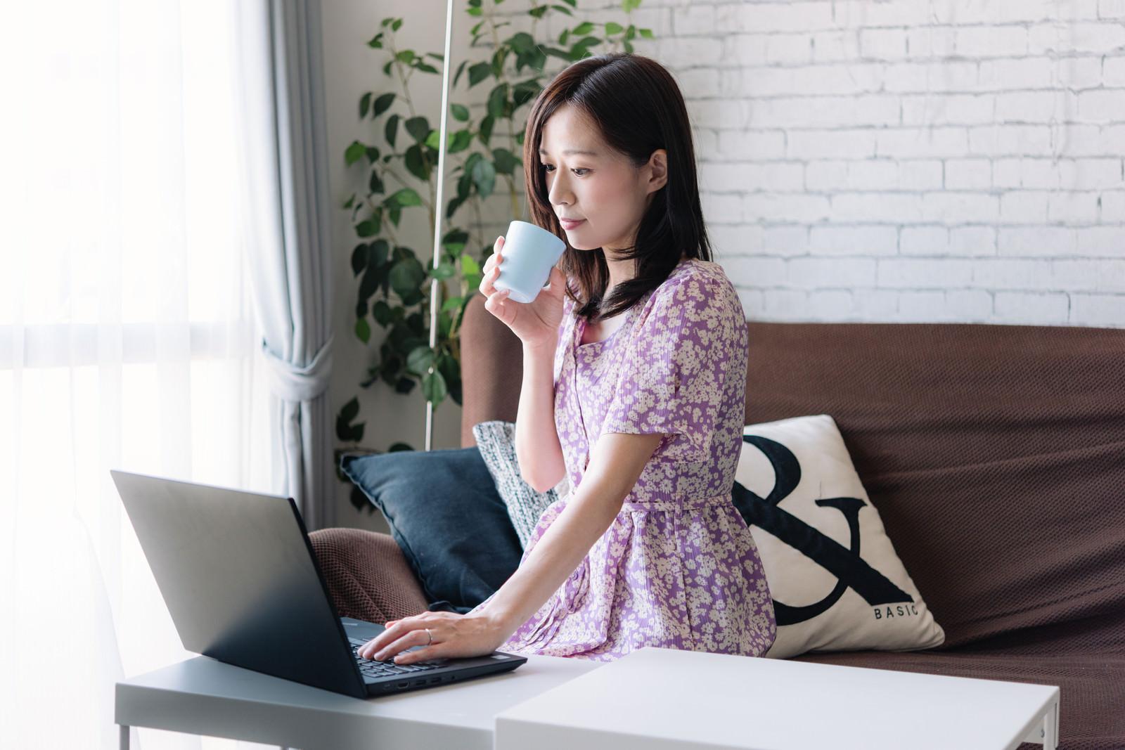 「在宅勤務中の女性」の写真