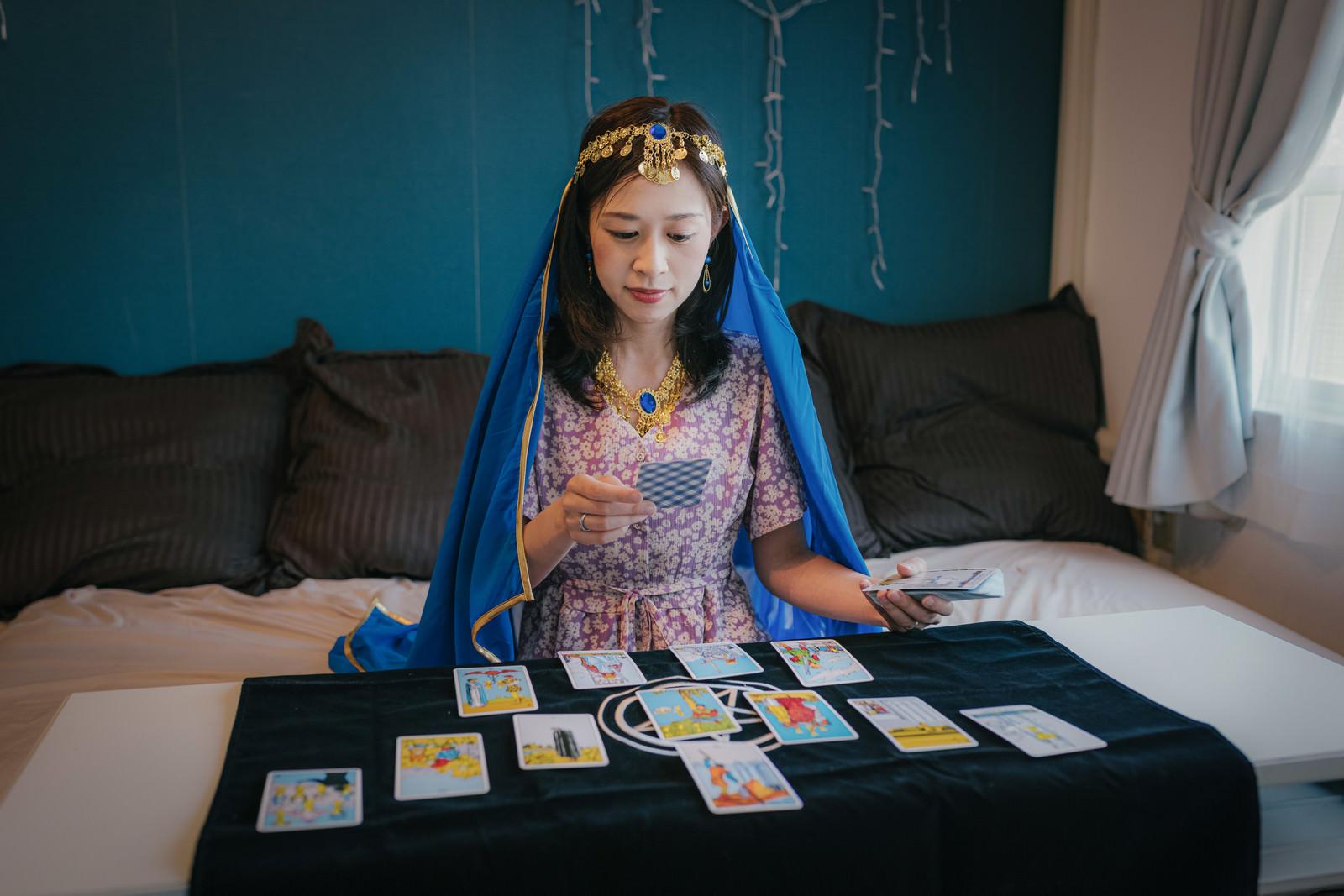 「タロット占い師の女性」の写真