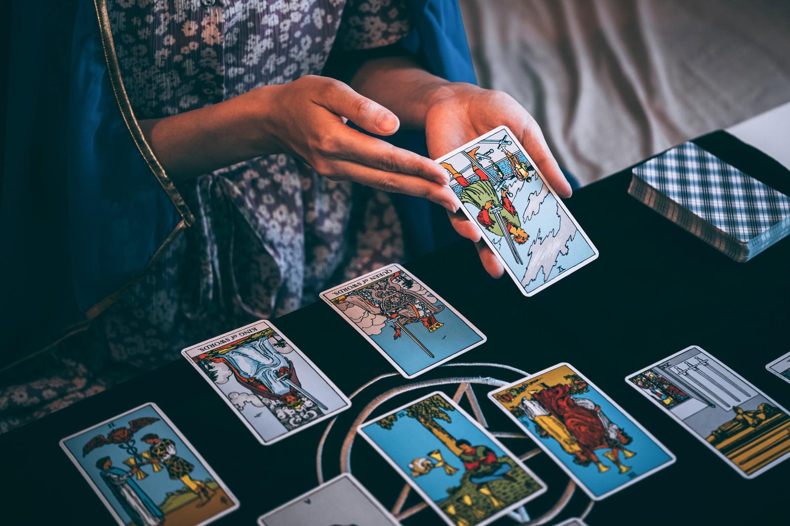 「タロットカードで運勢を占う」の写真