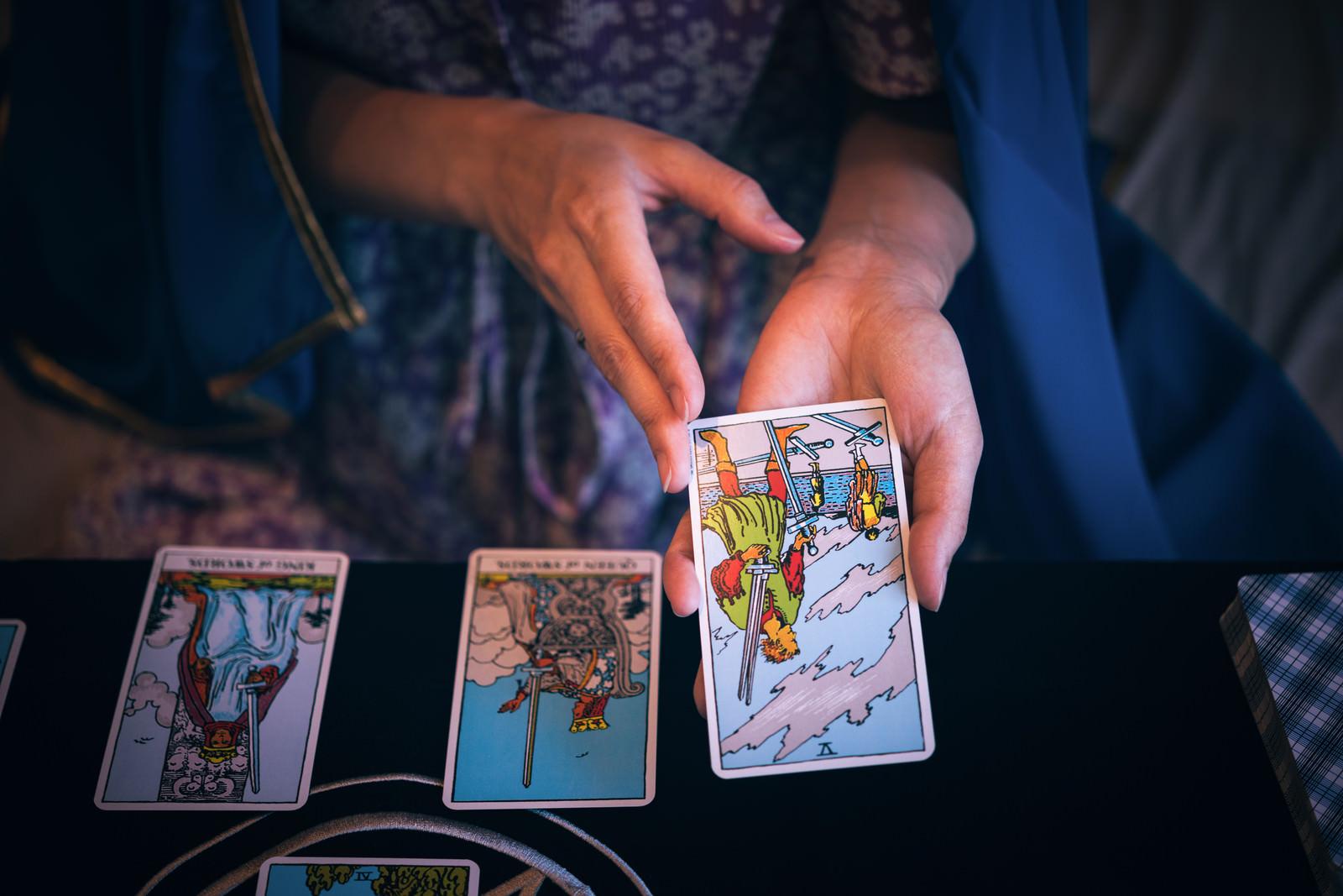 「タロットカードで選ばれた1枚(ソードの5)」の写真