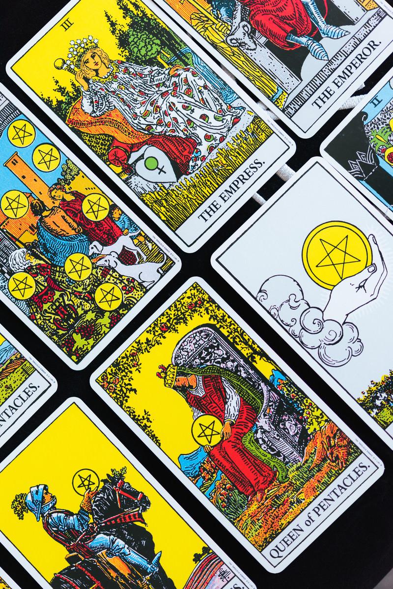 「並べられたタロットカード」の写真